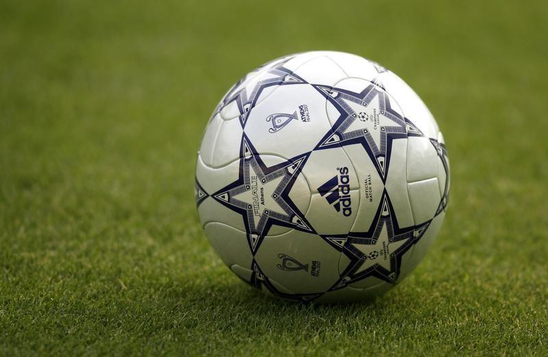 Мяч на газоне сталиона в Афинах 22 мая 2007 года.
