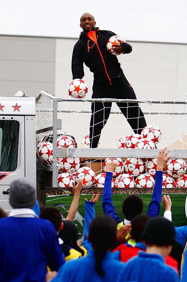 Джермейн Дефо на презентации мяча финала лиги чемпионов 2011