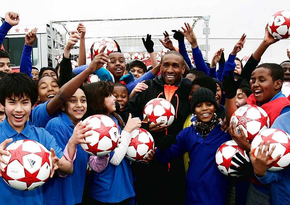 Джермейн Дефо раздает мячи финала лиги чемпионов 2011 finale london 2011