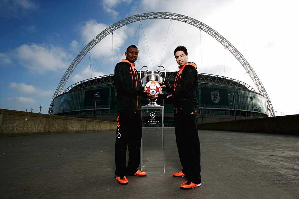 Саломон Калу и Самир Насри на презентации мяча финала Лиги Чемпионов 2011 - adidas finale london