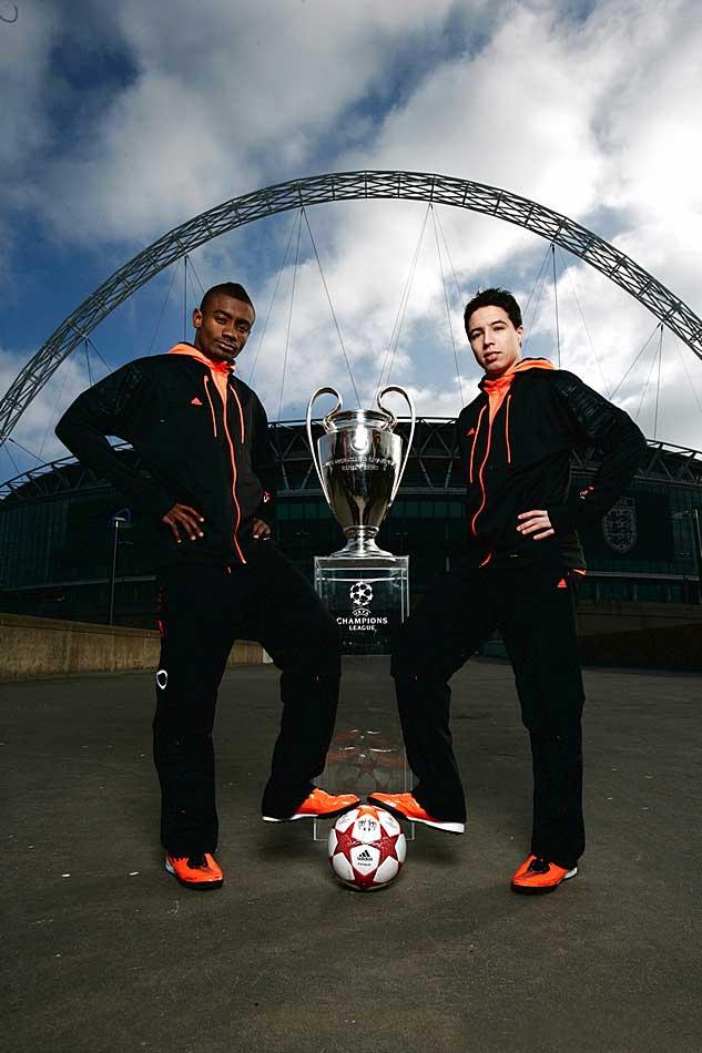 Саломон Калу и Самир Насри на презентации мяча финала Лиги Чемпионов 2011 - adidas finale london на фоне стадиона уэмбли