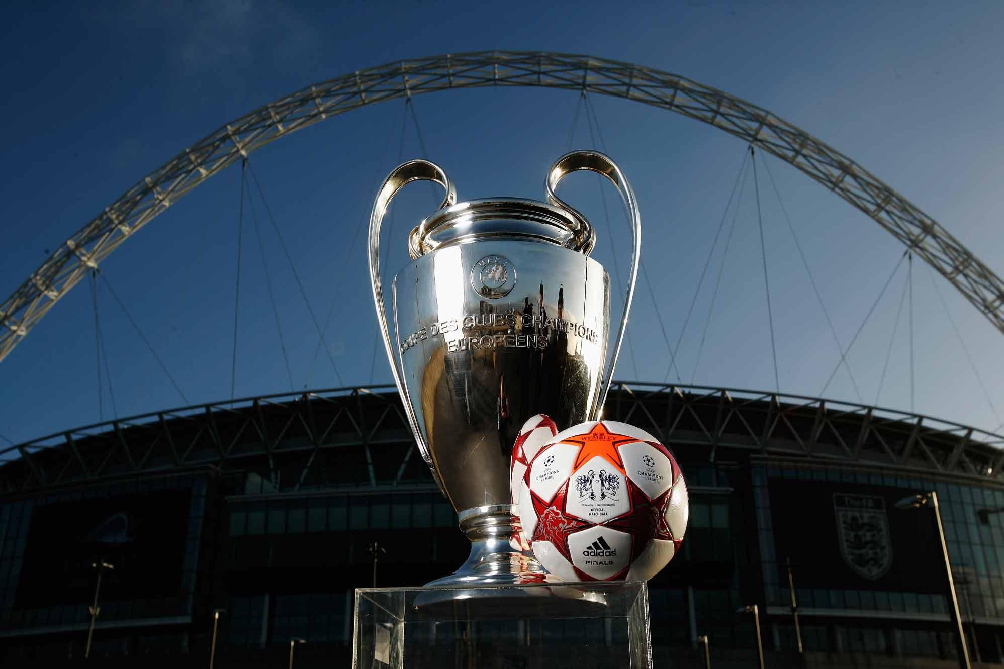 мяч финала лиги чемпионов 2011 - adidas fnale london на фоне уэмбли wembley