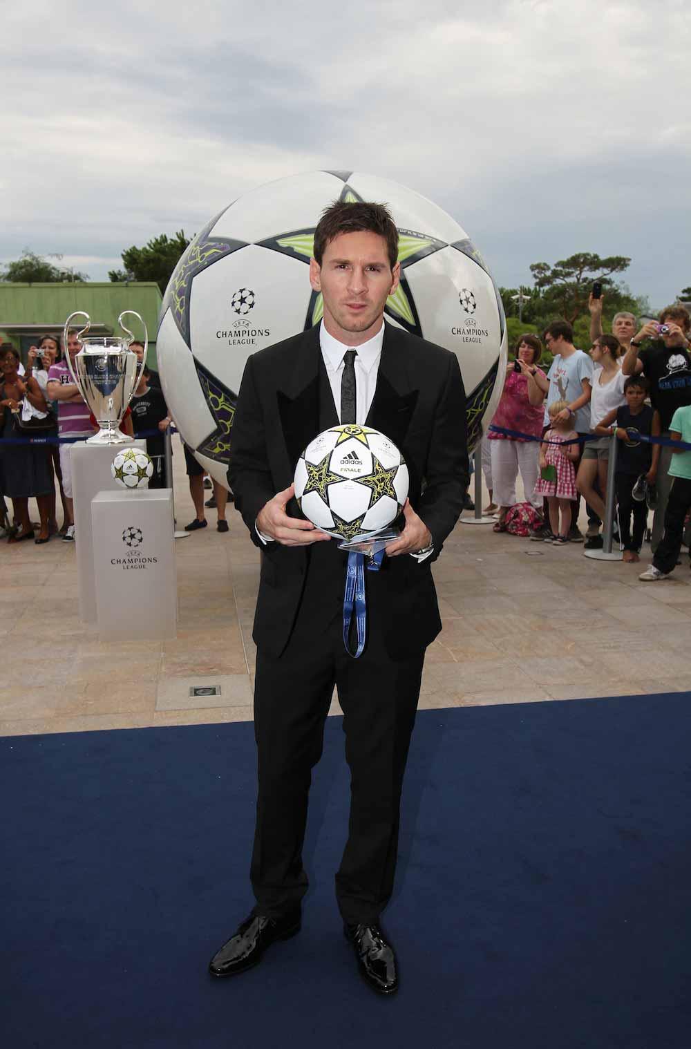 месси на презентации мяч лиги чемпионов сезона 2012-2013 Adidas Finale 12