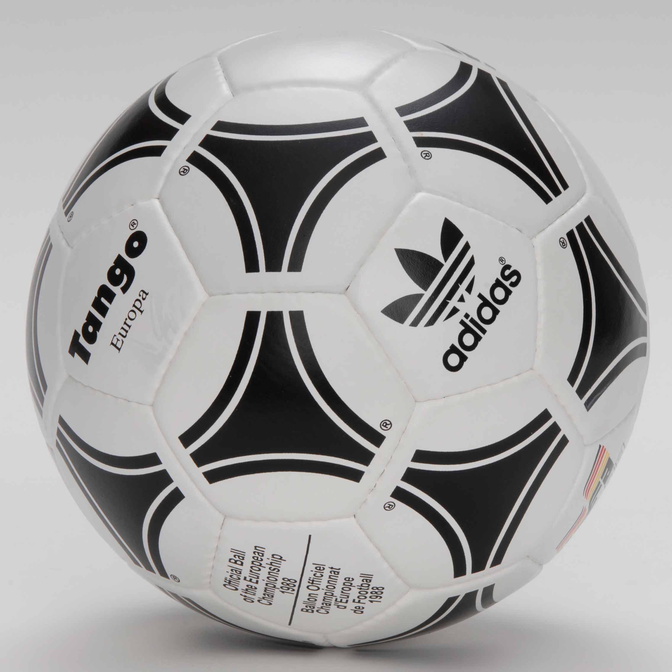 Официальным мячом финала Кубка УЕФА 1989 был Tango Europa