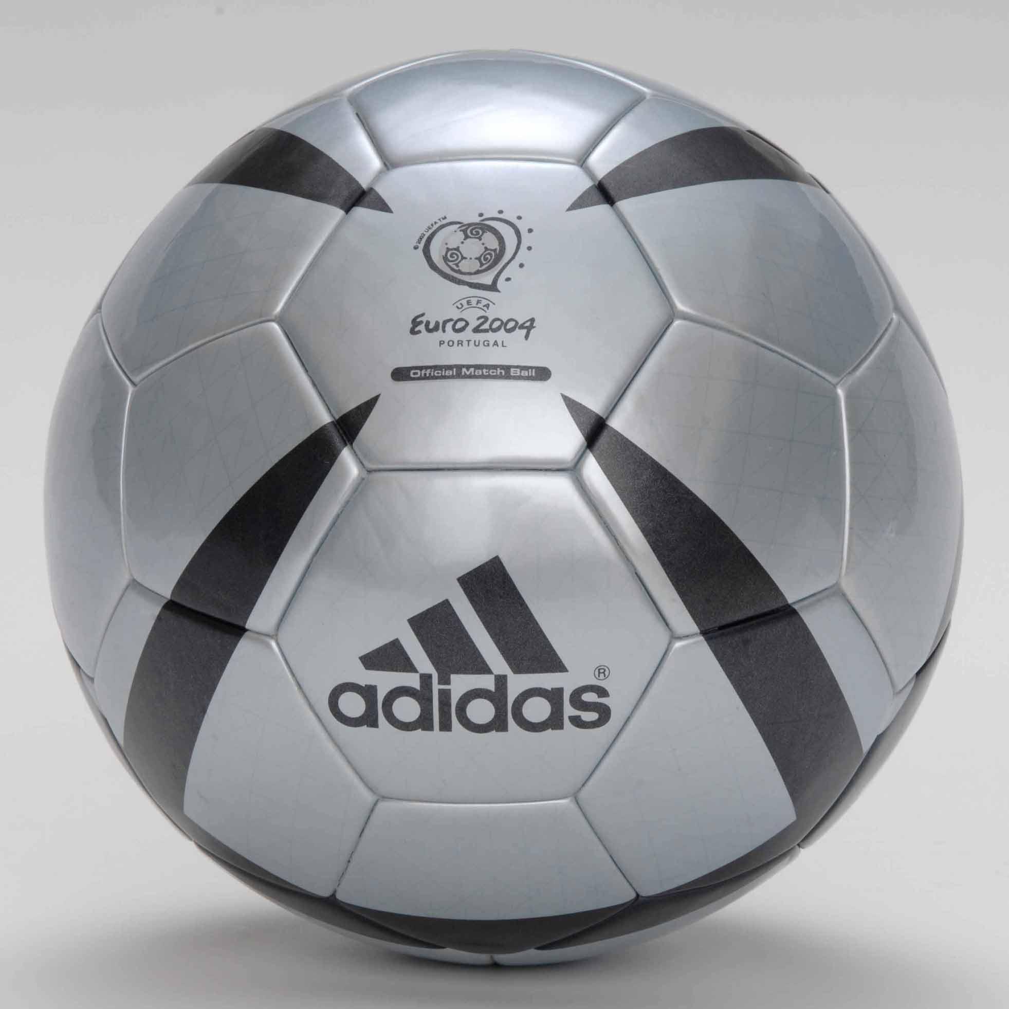 Официальным мячом финала Кубка УЕФА 2004 года стал мяч Roteiro