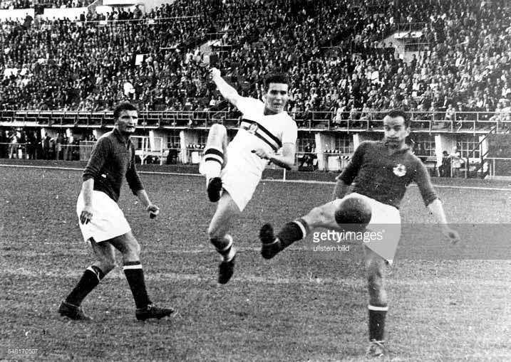 Spielszene-zwei-jugoslawische-Verteidiger-nehmen-einen-ungarischen-Angreifer-in-die-Zange---August-1952