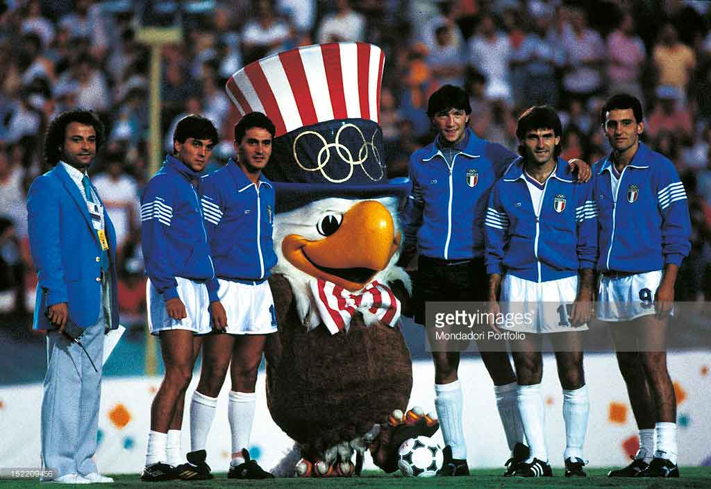 Талисман Олимпийских игр 1984 орлан Сэм со сборной Италии