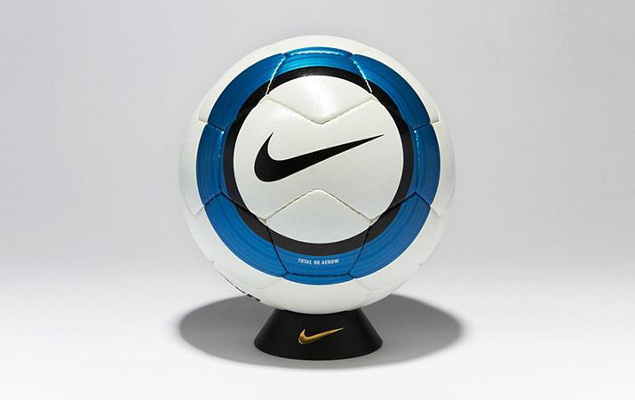 Официальный мяч Английской премьер Лиги сезонов 2004-2005, 2005-2006 — NIKE TOTAL 90 AEROW